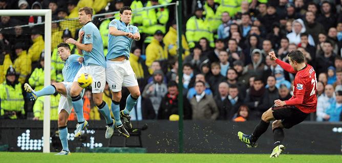 Instante en el que el delantero holandés del Manchester United marca de falta el tercer gol de su equipo ante el Manchester City