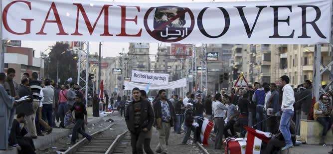 Un grupo de manifestantes protestan contra las decisiones de Mursi junto al Palacio Presidencial.