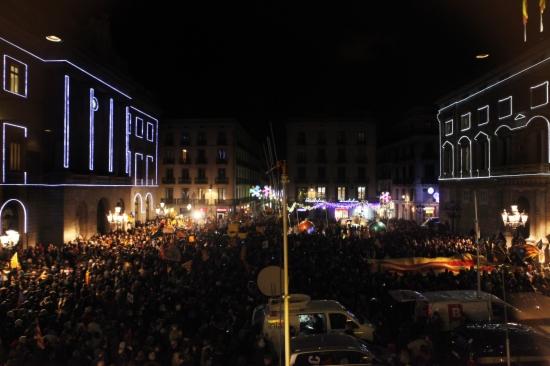 Milers de persones concentrades a la plaça de Sant Jaume rebutjant la reforma educativa impulsada pel ministre d'Educació, José Ignacio Wert. -ACN-