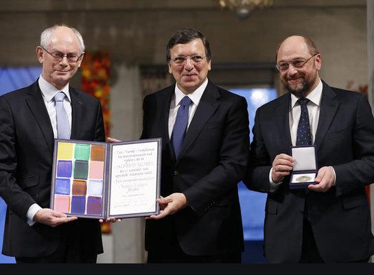 FOTOGALERIA: José Manuel Barroso, Martin Schulz, Herman Van Rompuy posan con el galardón del Premio Nobel de la Paz