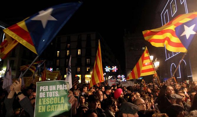 Miles de personas han llenado esta tarde la plaza Sant Jaume de Barcelona en respuesta a la convocatoria en defensa de la escuela catalana y del modelo de inmersión lingüística de la plataforma Somescola.cat, que aglutina a decenas de entidades educativas y civiles de Cataluña.