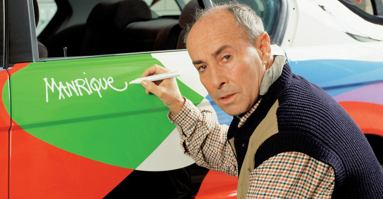 Cesar Manrique en una imagen de archivo pintando un BMW para una exposición