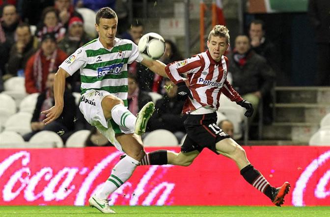 Iker Muniain disputa un balón con el defensa del Eibar Eneko Bóveda
