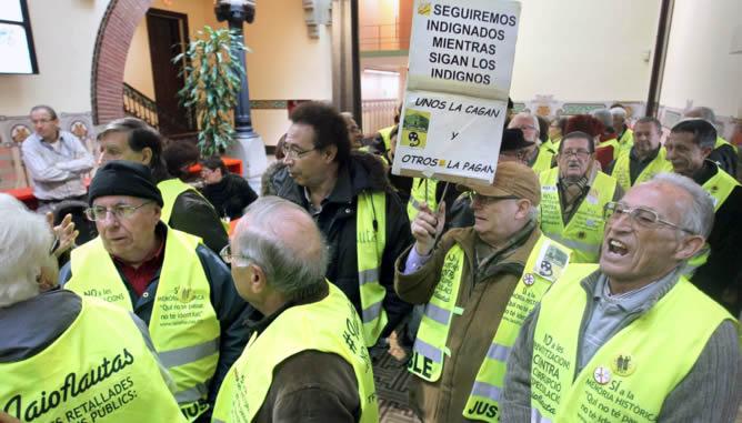 Un centenar de jubilados miembros del colectivo conocido como 'yayoflautas' han ocupado el Departamento de Salud de la Generalitat con la intención de hablar con el conseller Boi Ruiz y expresarle su rechazo a nuevos recortes y el apoyo a los trabajadores de los centros hospitalarios que hoy se han movilizado