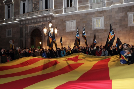 Milers de persones es concentren a la Plaça de Sant Jaume contra la Llei Wert
