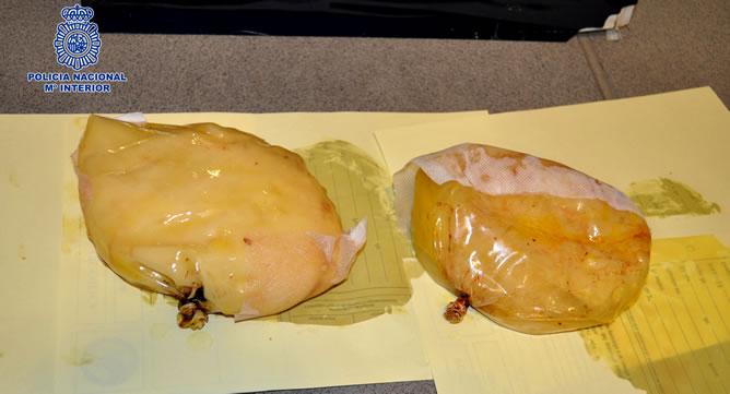 La Policía Nacional ha detenido en el aeropuerto barcelonés de El Prat a una pasajera de un vuelo procedente de Colombia que llevaba implantadas dos prótesis mamarias rellenas con 1,3 kilos de cocaína