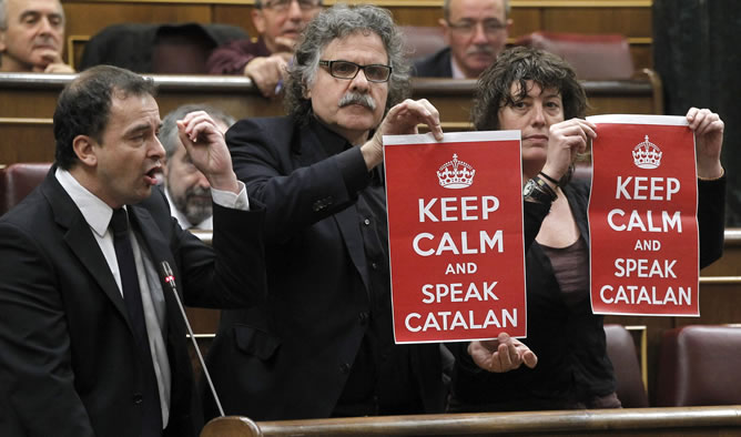 Parlamentarios de ERC muestran pancartas durante la intervención de su compañero de partido Alfred Bosch en la sesión de control al Ejecutivo que hoy celebra el Congreso de los Diputados