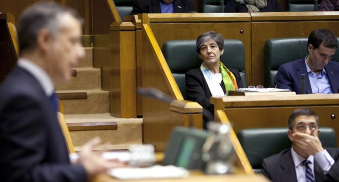 La candiata de EH Bildu Laura Mintegi, y el lehendakari en funciones, Patxi López (abajo), escuchan al candidato a Lehendakari por el Partido Nacionalista Vasco, Iñigo Urkullu, en el Parlamento Vasco