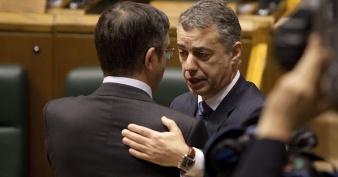 Iñigo Urkullu recibe la felicitación del lehendakari saliente, el socialista Patxi López, tras la segunda votación celebrada este jueves en el parlamento regional
