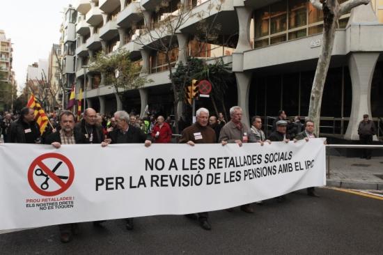 Pensionistes i jubilats concentrats davant de la seu de l'Institut Nacional de la Seguretat Social (INSS), a Barcelona.