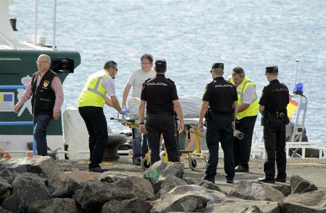El cadáver de uno de los ocho inmigrantes desparecidos hoy tras el vuelco de una patera en aguas de Lanzarote