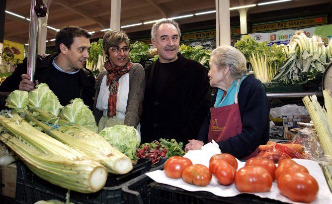 Ferrán Adriá (2d), que ha participado en el cierre de los actos de la capitalidad española de la gastronomía, concedida en 2012 a Logroño, durante su visita al mercado de abastos en compañía, entre otros, del chef riojano Francis Paniego.