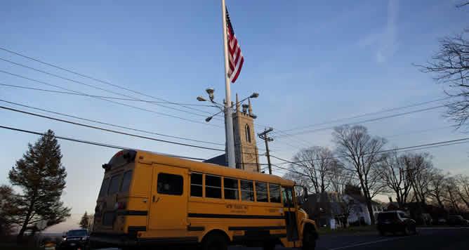 La bandera de EEUU ondea a media asta en respeto y recuerdo de las 27 víctimas del tiroteo de Connecticut.