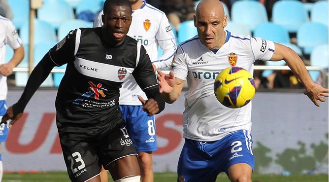 El centrocampista del Real Zaragoza Movilla, y el segalés Diop, del Levante, durante el partido de la decimosexta jornada de Liga de Primera División que ambos equipos jugaron hoy en el estadio de La Romareda, en la capital aragonesa y en el que venció el Levante 0-1