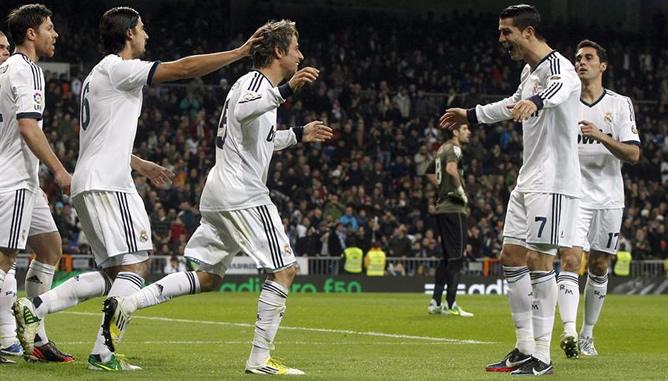 El defensa portugués del Real Madrid Fabio Coentrao celebra con sus compañeros Xabi Alonso, Sami Khedira, Cristiano Ronaldo y Alvaro Arbeloa la consecución del segundo gol de su equipo al RCD Espanyol durante el encuentro correspondiente a la decimosexta jornada de liga en Primera División