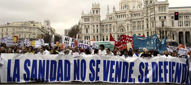 Miles de trabajadores y usuarios de la sanidad pública marchan por el centro de Madrid contra los planes del gobierno regional de privatizar la gestión de seis hospitales y 27 centros de salud.