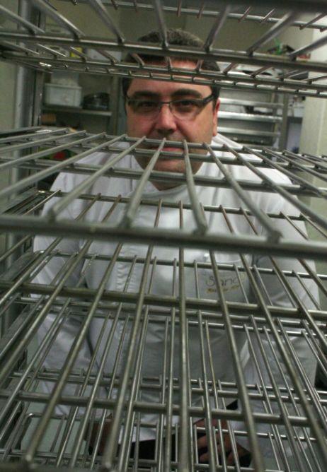Al chef del restaurante Sandó, Antonio Hoyas, el máster que nunca hizo se le ha metido en la cocina en forma de asesoramiento 'by Arzak'.