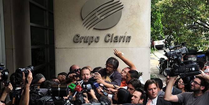 El titular de la Autoridad Federal de Servicios de Comunicación Audiovisual (Afsca), Martín Sabbatella, habla con la prensa tras salir de la sede del Grupo Clarín, en Buenos Aires
