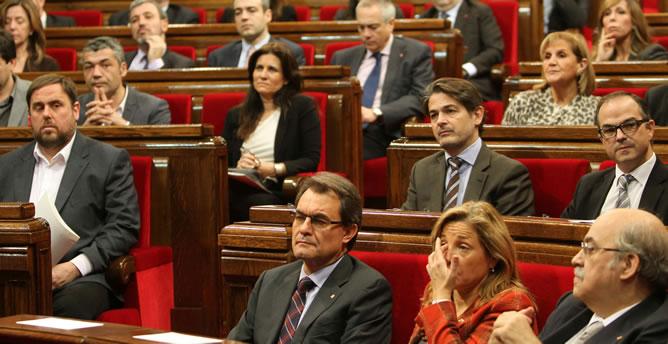 El líder de ERC, Oriol Junqueras y el presidente en funciones de la Generalitat, Artur Mas, en el Salón de Sesiones del Parlament de Cataluña donde se ha llevado a cabo la elección de la presidencia del Parlament de Cataluña.