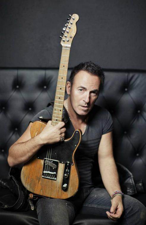 Bruce Springsteen posando con su guitarra