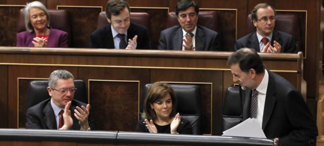 El presidente del Gobierno, Mariano Rajoy, recibe los aplausos de los diputados de su partido, tras su intervención en la sesión de control al Ejecutivo, este miércoles en el Congreso de los Diputados