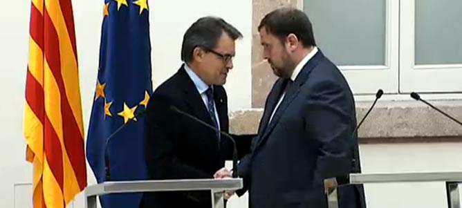 El líder de CiU, Artur Mas, y el presidente de ERC, Oriol Junqueras, han escenificado este miércoles en un acto solemne en el Parlament la firma del acuerdo de gobernabilidad y estabilidad parlamentaria en Cataluña