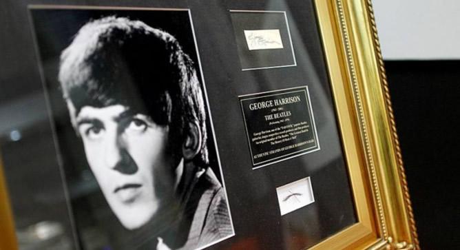 Cabello autentificado de George Harrison que forma parte de la coleccion Carlos D. Chardí