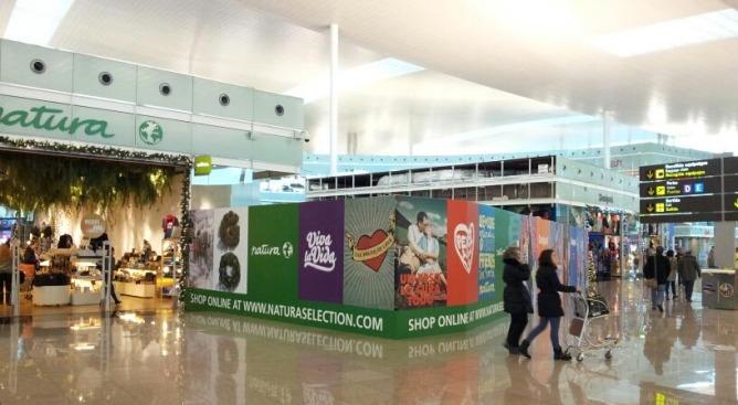 Una imatge de l'àrea comercial de la terminal T1 de l'aeroport del Prat
