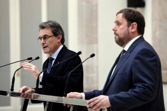 Artur Mas, president de la Generalitat en funcions, i Oriol Junqueras, president d'ERC, escenifiquen l'acord d'estabilitat, al Parlament de Catalunya