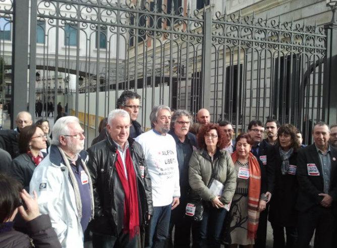 Un gurpo de diputados con la madre de Alfonso, Elena Ortega, en la puerta del Congreso