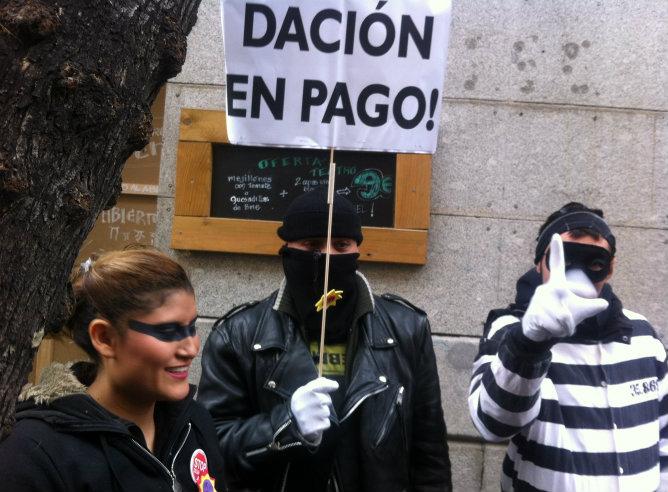 Ciudadanos que se manifiestan ante la Audiencia Nacional piden la dación en pago para evitar más desahucios