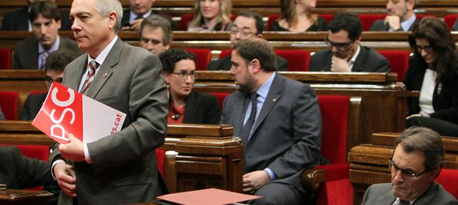 El primer secretario del PSC, Pere Navarro (i), se dirige al estrado para intervenir en la primera jornada del pleno de dos días que permitirá al líder de CiU, Artur Mas, ser investido de nuevo presidente de la Generalitat de Cataluña.