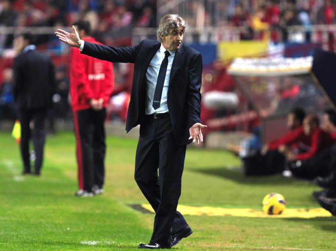 El entrenador chileno dirigiendo a el Málaga durante un partido de esta temporada