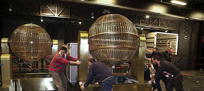Llegada de los bombos al Teatro Real de Madrid para el sorteo del 'Gordo'.