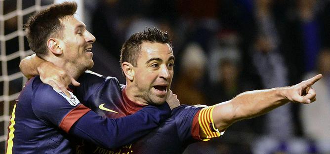 Messi y Xavi celebran un gol