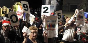 El sorteo de la Lotería de Navidad no ha estado exento de acciones de protesta, las que han protagonizado empleados de Telemadrid contra los despidos en esta cadena, así como profesionales sanitarios defendiendo la sanidad pública y rechazando la privatización de la gestión de hospitales madrileños.