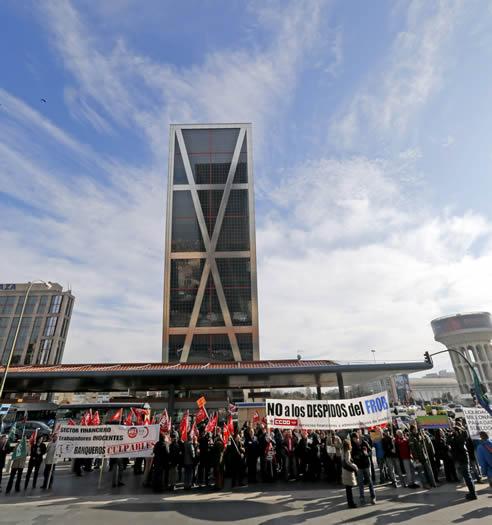 Concentración de este lunes ante la Torre Bankia, sede del banco, que prevé despedir a unos 5.000 trabajadores