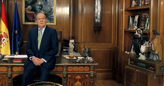 Por primera vez, el rey aparecía en escena apoyado en la mesa de su despacho y no sentado en una silla