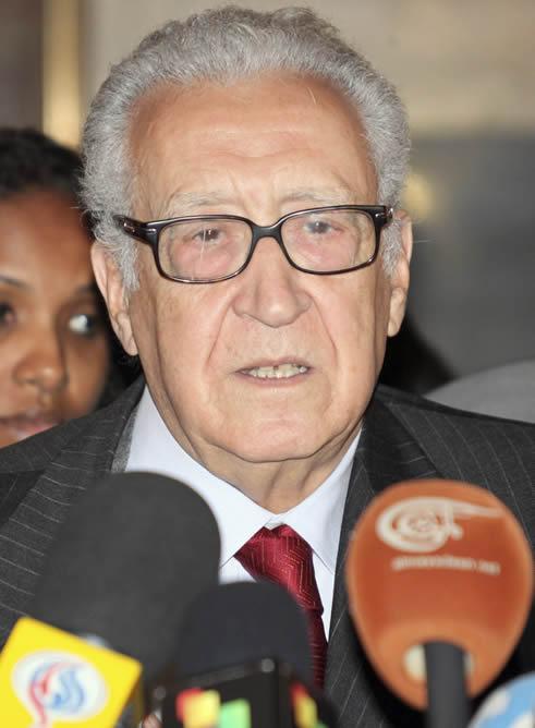 El enviado especial de las Naciones Unidas a Siria, Lakhdar Brahimi, responde a los periodistas tras reunirse con el presidente sirio, Bachar al Asad en Damasco.