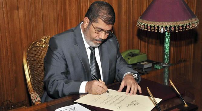 El presidente Mohamed Mursi firma un decreto para aprobar la nueva Constitución