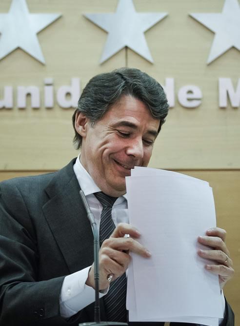 El presidente de la Comunidad de Madrid, Ignacio González, durante el pleno extraordinario celebrado en la Asamblea de Madrid donde se ha aprobado la Ley de Acompañamiento