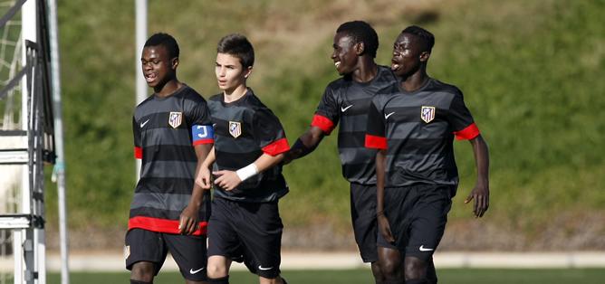 Los jugadores del Atlético de Madrid alevín durante un partido del torneo sub-12 que se celebra en Arona