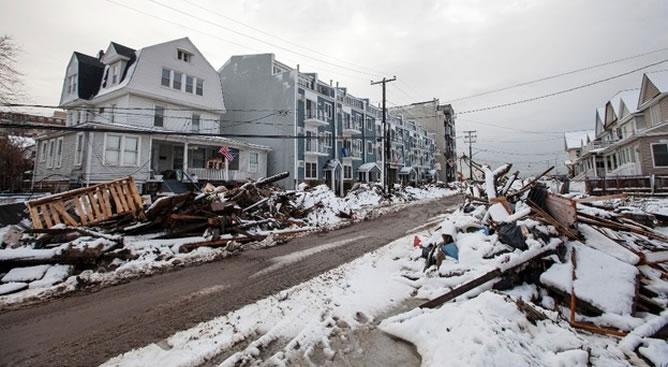 En una de las zonas de Nueva York más afectadas por el huracán Sandy siguen las tareas de limpieza y reconstrucción