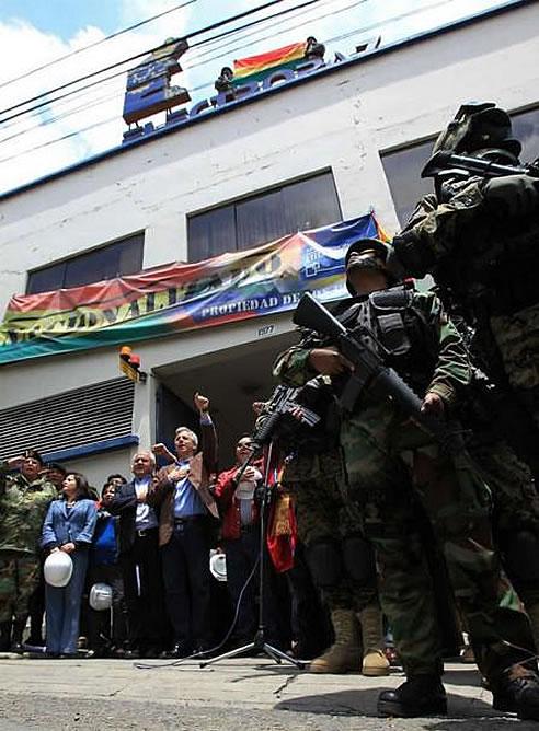 Álvaro García Linera habla junto a autoridades que custodian una de las principales oficinas de la distribuidora Electropaz, una de las cuatro empresas propiedad de la española Iberdrola nacionalizadas por el Gobierno de Bolivia
