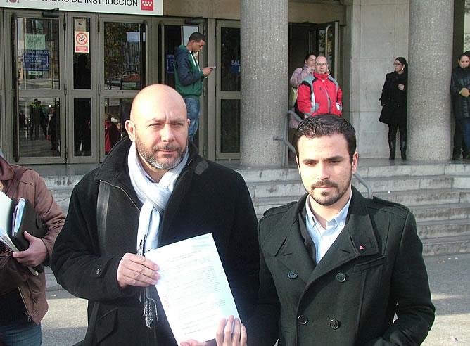 Los diputados de IU, Ricardo Sixto y Alberto Garzón, ante los juzgados de Plaza de Castilla (Madrid) tras la presentación de la querella contra Crisina Cifuente el pasado 12 de diciembre