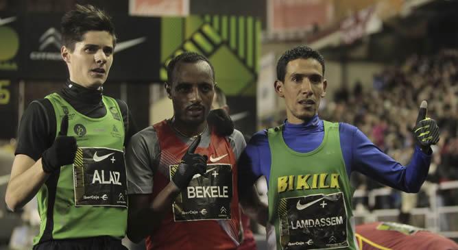 El etíope Tariku Bekele (c), vencedor en la San Silvestre Vallecana, posa junto a los españoles Roberto Alaiz (i), segundo, y Ayad Lamdassem (d), tercero, tras la 48 edición que congregó en las calles de Madrid a 40.000 corredores, incluidas 11.000 mujeres, para cubrir 10 kilómetros entre los estadios del Real Madrid y del Rayo Vallecano.