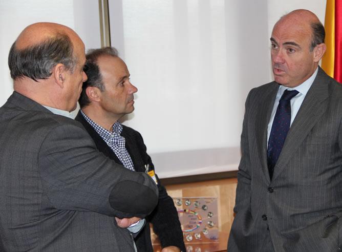 Luis de Guindos recibe a la Cadena SER en el despacho desde donde se hizo la videoconferencia del rescate bancario