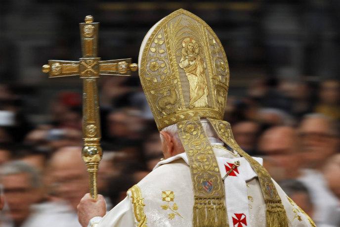 El Papa Benedicto XVI durante la misa celebrada este martes en la Basílica de San Pedro con motivo de la Solemnidad de Santa María