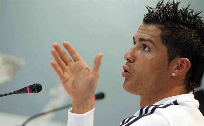 El jugador del Real Madrid Cristiano Ronaldo, durante la rueda de prensa que ofreció tras el entrenamiento a puerta cerrada del equipo