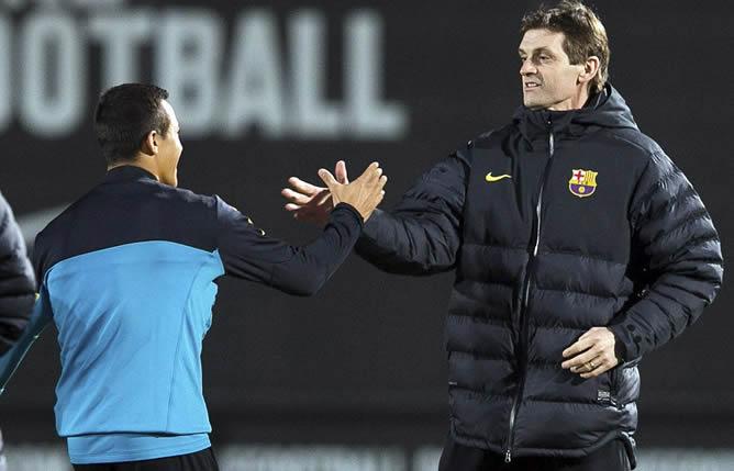 El técnico Tito Vilanova saluda al delantero chileno Alexis Sánchez momentos antes de dirigir este miércoles el entrenamiento vespertino del Barcelona, trece días después de ser intervenido por segunda vez de un tumor en la glándula parótida.